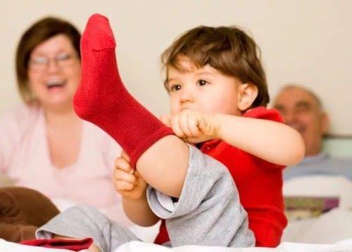 ребенок надевает носки